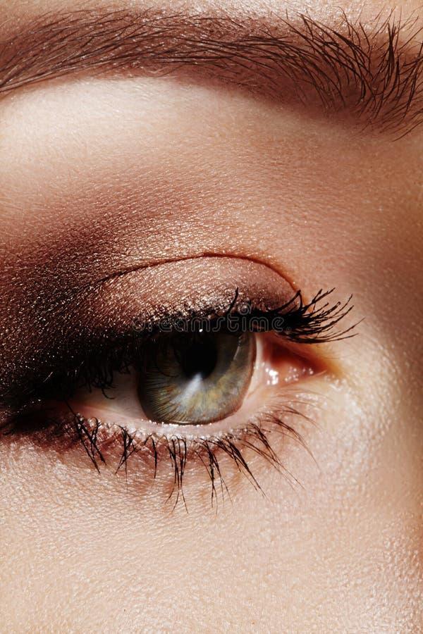 Macro do close-up do olho fêmea bonito com as sobrancelhas perfeitas da forma Limpe a pele, composição do naturel da forma Boa vi fotos de stock