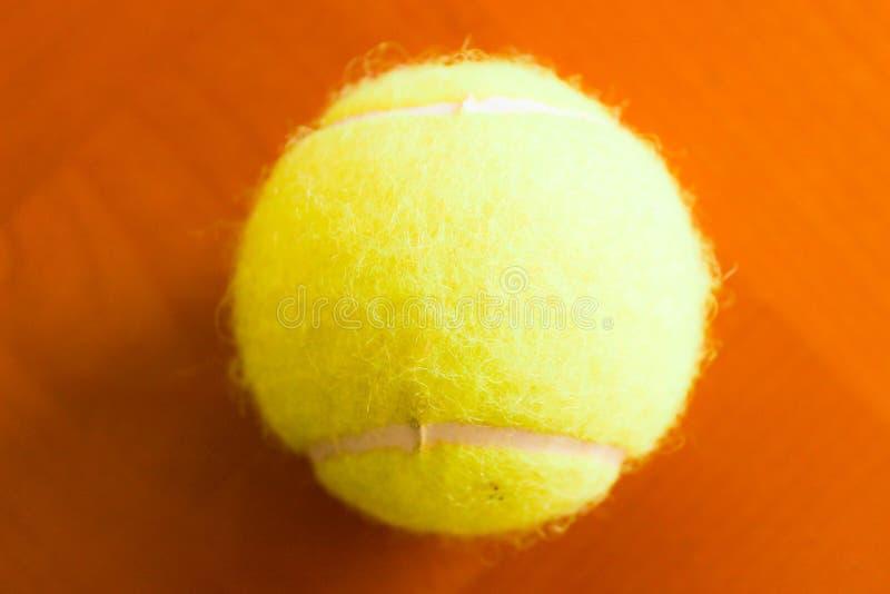 Macro do estúdio do close up do detalhe da bola de tênis único foto de stock
