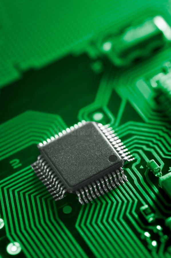Macro do PWB da placa de circuito eletrônico no verde foto de stock