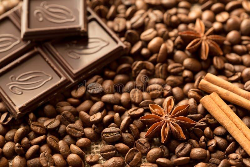 Macro dos ingredientes de Brown: estrela do anis, varas de canela e feijões de café Vista superior imagem de stock royalty free