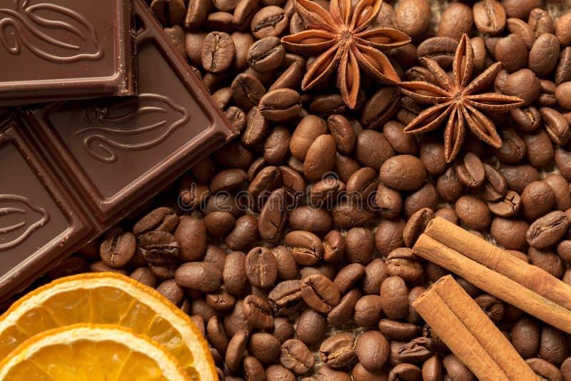 Macro dos ingredientes de Brown: estrela do anis, varas de canela e feijões de café Vista superior imagens de stock royalty free