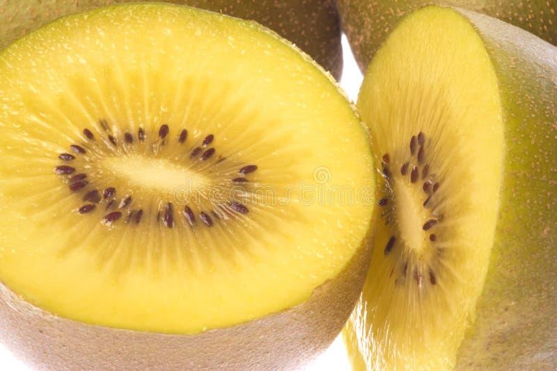Macro dourado das frutas de quivi isolado fotografia de stock