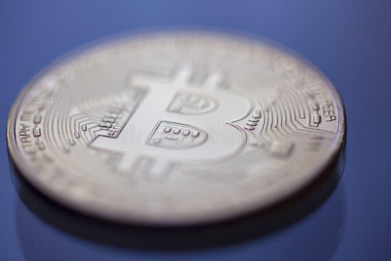 Macro du curency DOF de Bitcoin sur le fond clair bleu image stock