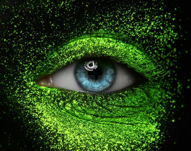 Macro en close-up als thema heeft de creatieve samenstelling: mooie vrouwelijke ogen royalty-vrije stock afbeelding