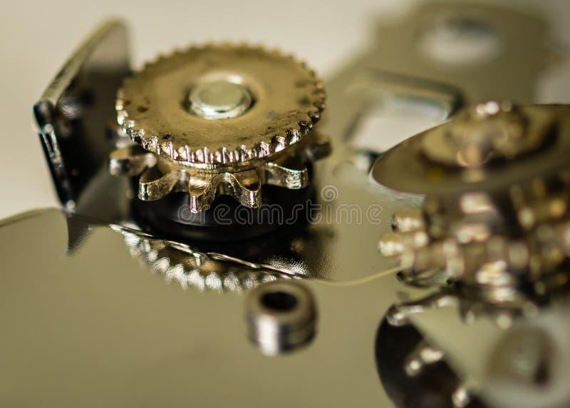 Macro estratto del primo piano delle ruote di un apri di latta osservato dal lato fotografia stock