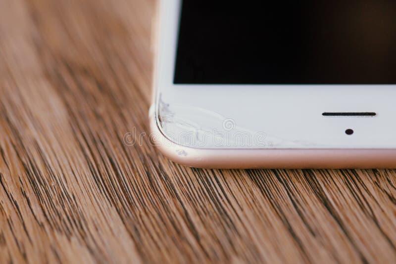 Macro fente de vue au bord du téléphone manucure Table en bois dans le café photo stock