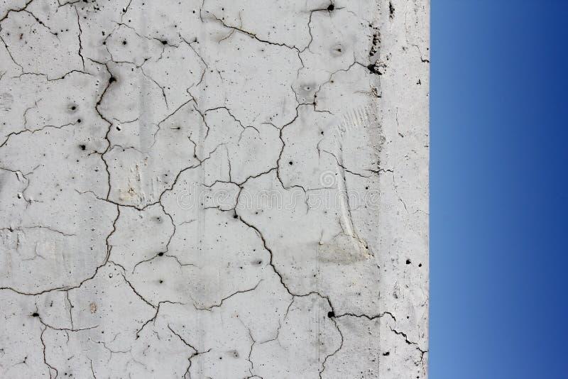 Macro fissures et ciel bleu  photographie stock libre de droits