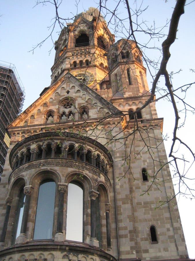 Macro foto con l'architettura del fondo di vecchia costruzione della chiesa commemorativa nella capitale tedesca fotografie stock libere da diritti