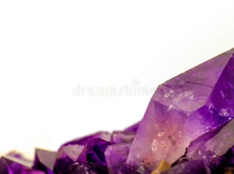 Macro foto dei cristalli ametisti con lo spazio della copia immagini stock