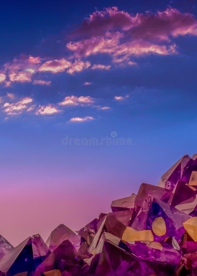 Macro foto surreale dei cristalli ametisti e del cielo di sera immagine stock