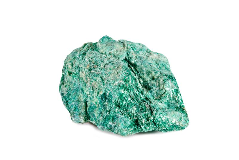 Macro fucilazione della pietra preziosa naturale Fuchsite minerale crudo Oggetto su un fondo bianco immagini stock libere da diritti
