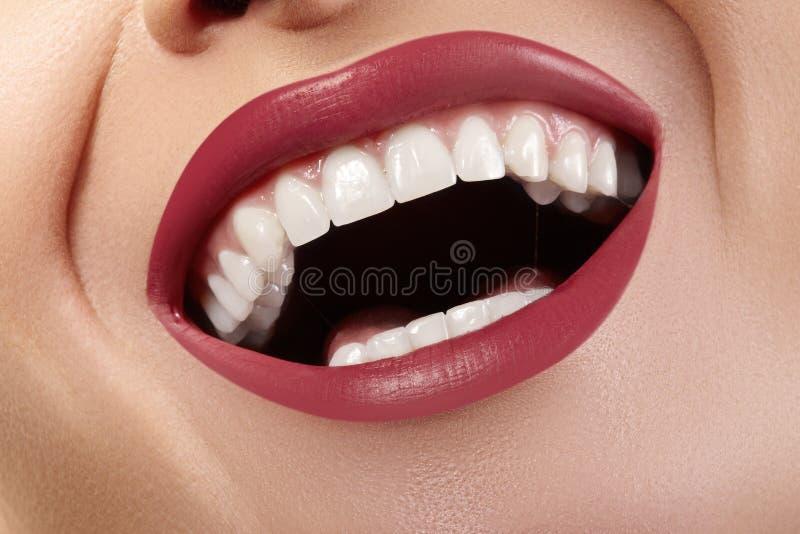 Macro gelukkige vrouwelijke glimlach met gezonde witte tanden Heldere Rode Lippensamenstelling De stomatologie en Schoonheidsbeha stock foto's