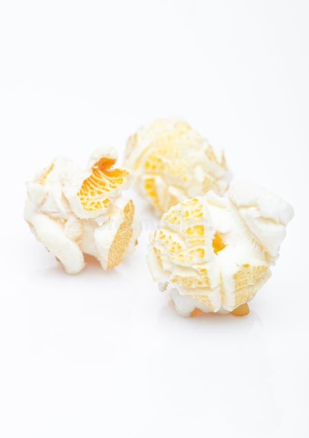 Macro gialla fresca del popcorn su bianco immagine stock libera da diritti