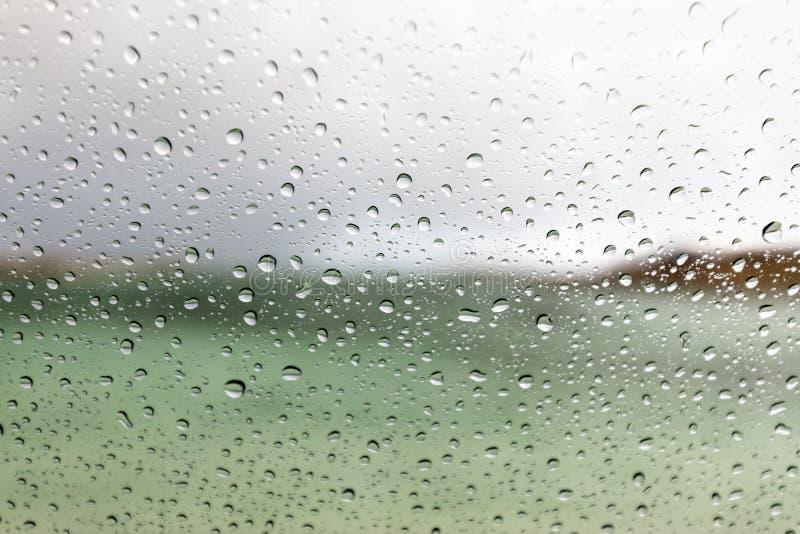 Macro gouttes de pluie sur une fenêtre de voiture photos stock