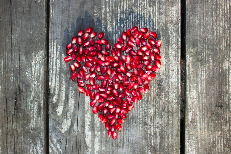 Macro graines de grenade dans la forme de coeur images libres de droits