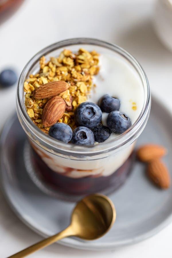 Macro granola con la mandorla, l'inceppamento, il yogurt ed il mirtillo immagini stock libere da diritti