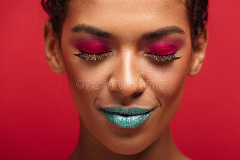 Macro immagine della donna afroamericana affascinante che è alla moda fotografia stock