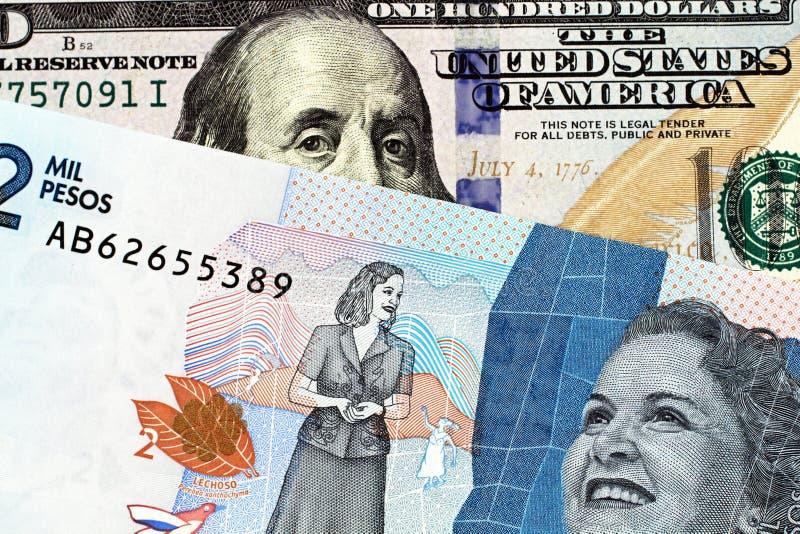 Macro immagine delle due mila note del peso di Colmbian con le cento banconote in dollari americana immagine stock