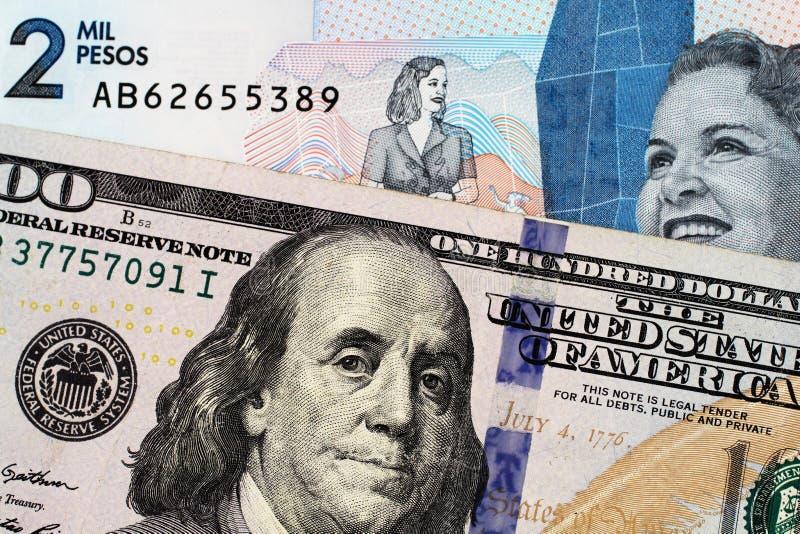 Macro immagine delle due mila note del peso di Colmbian con le cento banconote in dollari americana fotografie stock libere da diritti