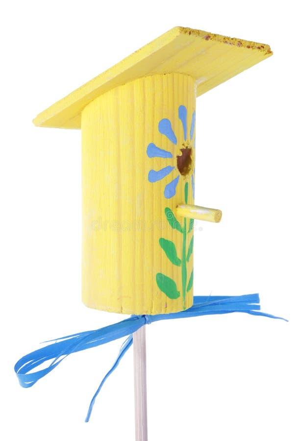 Macro isolado da mola aviário pequeno de madeira caseiro amarelo imagem de stock
