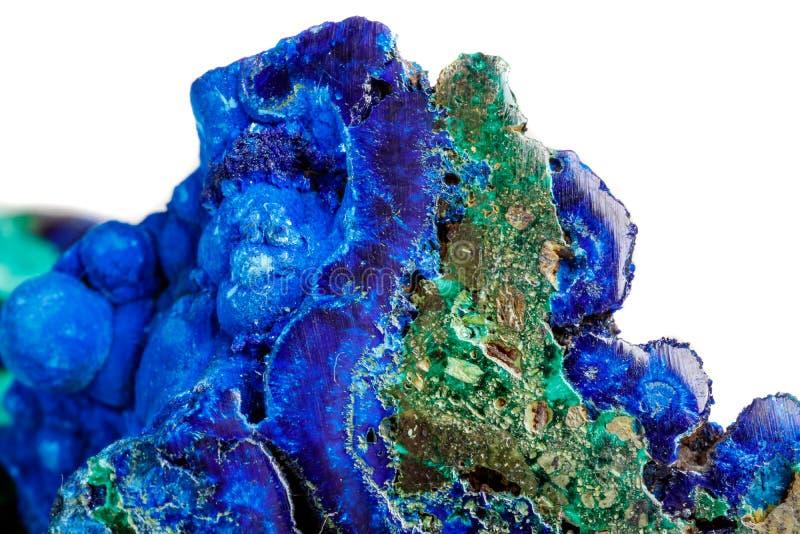 Macro malachite di pietra minerale con azzurrite su fondo bianco immagine stock libera da diritti