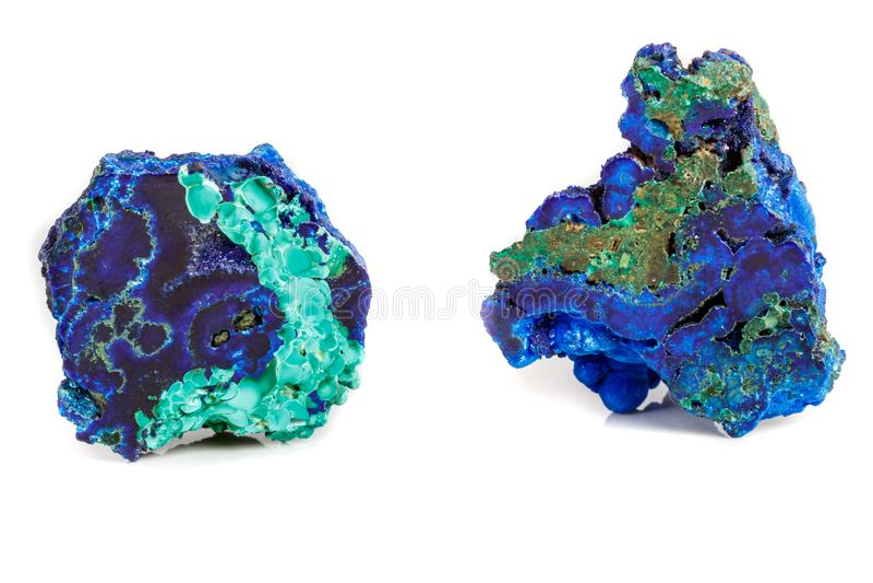 Macro malachite di pietra minerale con azzurrite su fondo bianco immagine stock