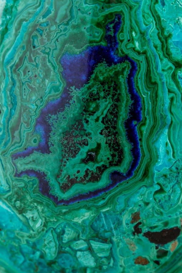 Macro malachite di pietra minerale con azzurrite su fondo bianco immagini stock libere da diritti