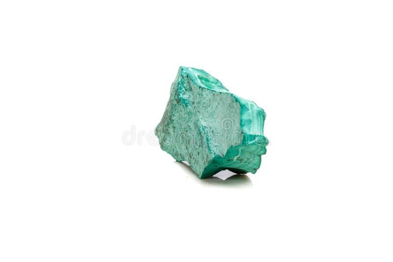 Macro malachite di pietra minerale nella roccia su un fondo bianco immagini stock libere da diritti