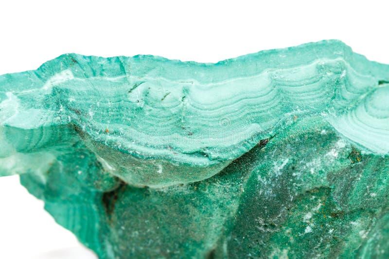 Macro malachite di pietra minerale nella roccia su un fondo bianco fotografia stock