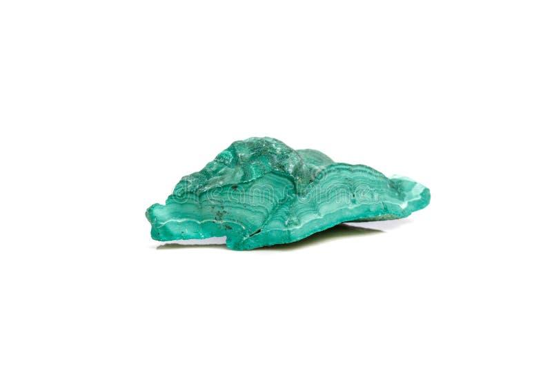 Macro malachite di pietra minerale nella roccia su un fondo bianco immagine stock