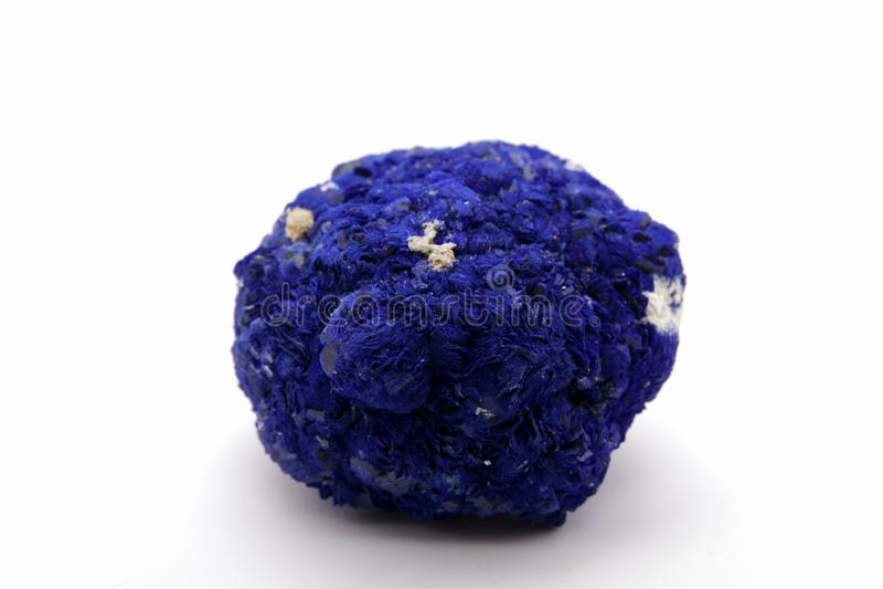 Macro malachite e azzurrite di pietra minerali contro fondo bianco, fine su fotografia stock
