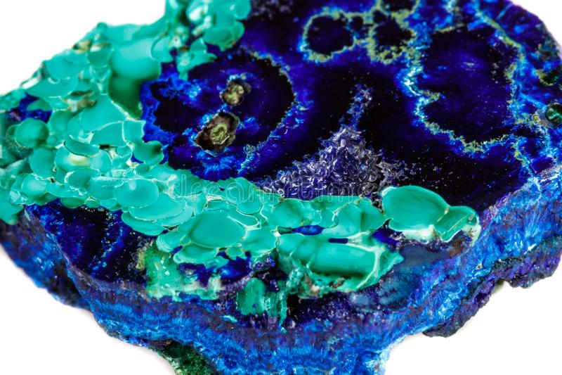 Macro malachite en pierre minérale avec l'azurite sur le fond blanc image libre de droits