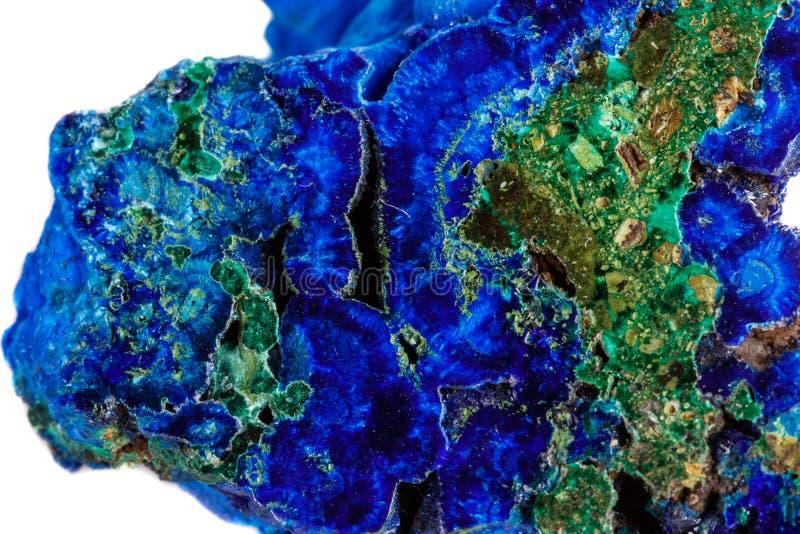 Macro malachite en pierre minérale avec l'azurite sur le fond blanc photo libre de droits
