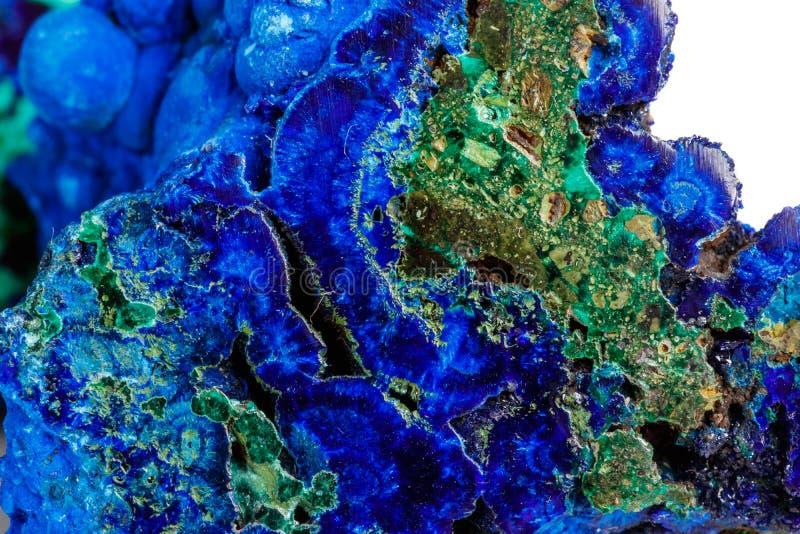 Macro malachite en pierre minérale avec l'azurite sur le fond blanc image stock