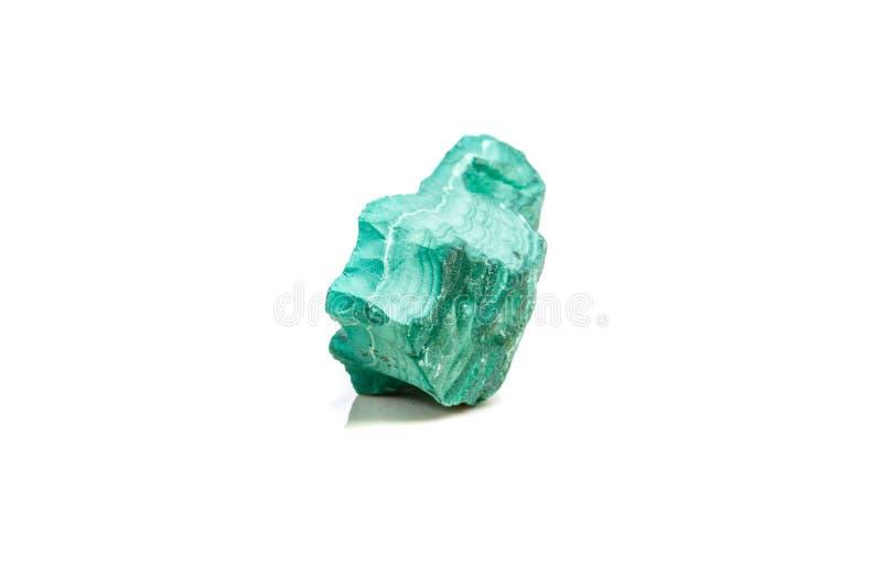 Macro malachite en pierre minérale dans la roche sur un fond blanc photo stock