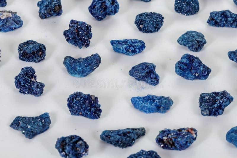 Macro malachite et azurite en pierre minérales sur le fond blanc image stock