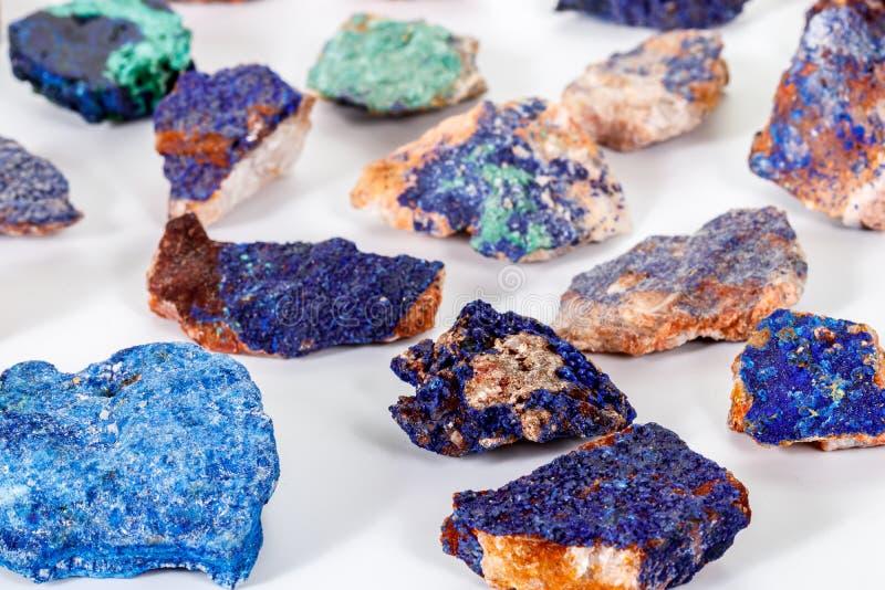 Macro malachite et azurite en pierre minérales sur le fond blanc photo stock