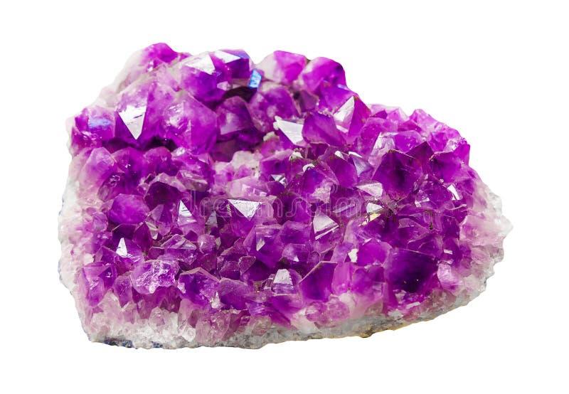 Macro minéral Violet Crystal Stone Géode de cristaux de quartz d'Améthyste rudimentaires violets isolés en blanc Gemstone photographie stock