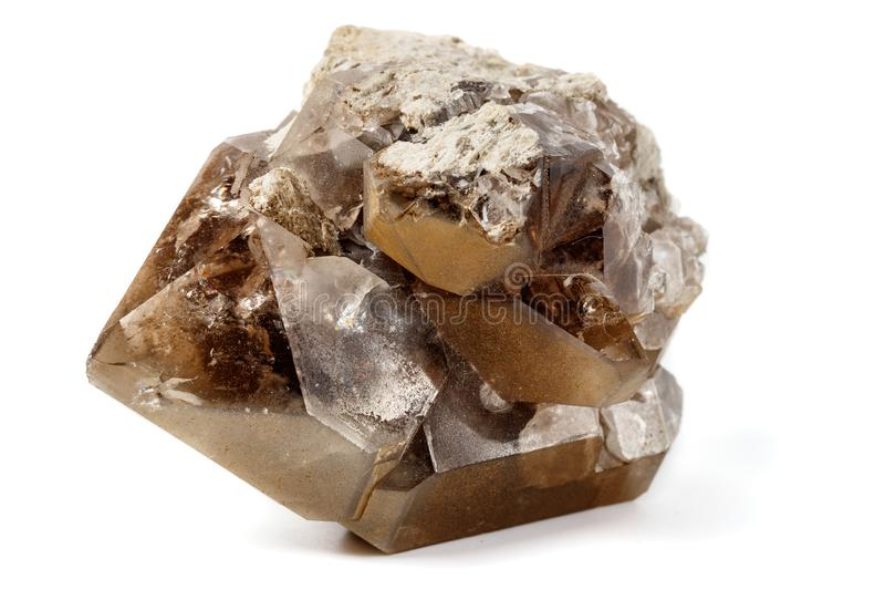 Macro mineraal steen rokerig kwarts op een witte achtergrond stock fotografie