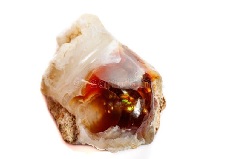 Macro mineraal steen vurig Agaat op een witte achtergrond stock fotografie