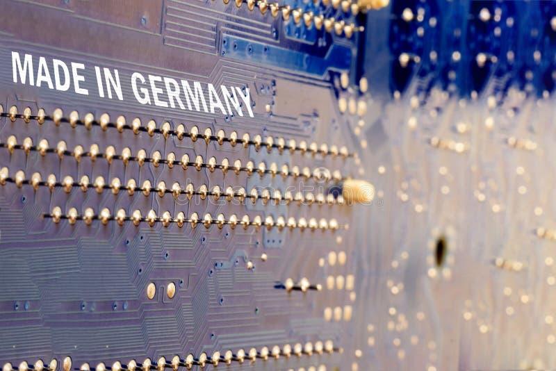 macro motherboard em azul inscrição feita na Alemanha foto de stock