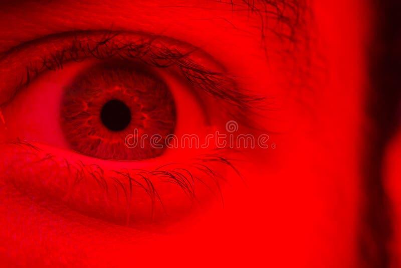 Macro no olho do homem que expressa a expressão chocada da surpresa e do medo imagem de stock