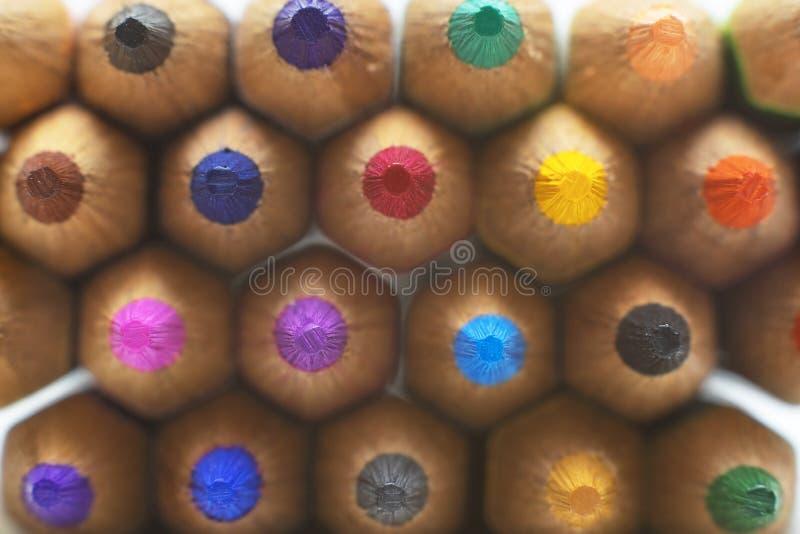 Macro photo de beaucoup de crayons colorés sur Backgrou blanc d'isolement images libres de droits