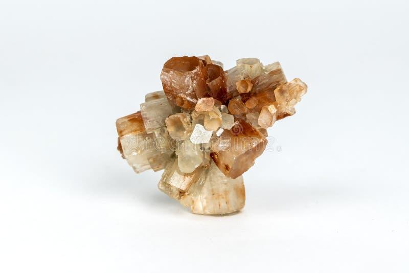 Macro photo de roche minérale naturelle - aragonite en cristal sur le fond blanc, Maroc image stock