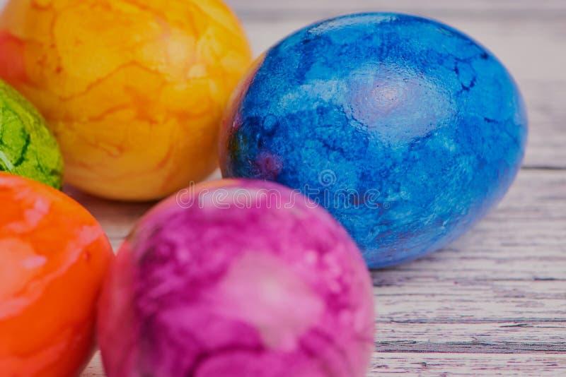 Macro photo des oeufs de pâques colorés sur la surface en bois blanche images libres de droits