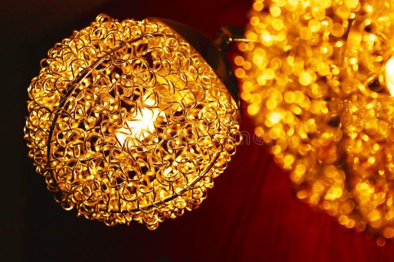 Macro-photographie de la lampe de cristal brun pendant image stock