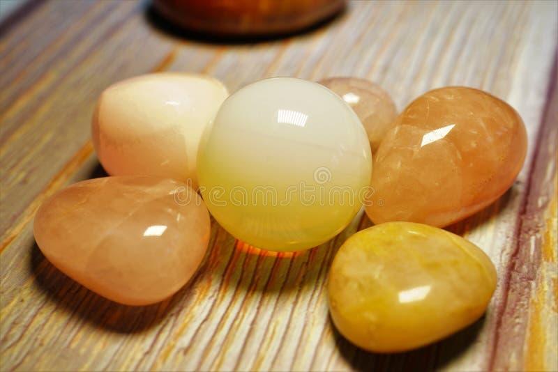 Macro photographie de minerai naturel de la collection géologique - adulaire jaune polie de gemme de pierre de la lune sur une t photographie stock