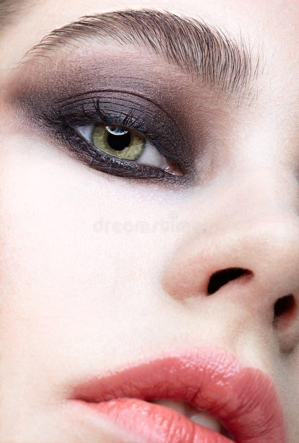 Macro portrait de plan rapproché de visage femelle Fille avec la peau parfaite, yeux de couleur de pistache et violet verts - maq image stock