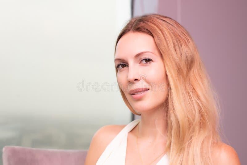 Macro portrait en gros plan de beau jeune visage blond adulte de fille dans la robe blanche photo stock