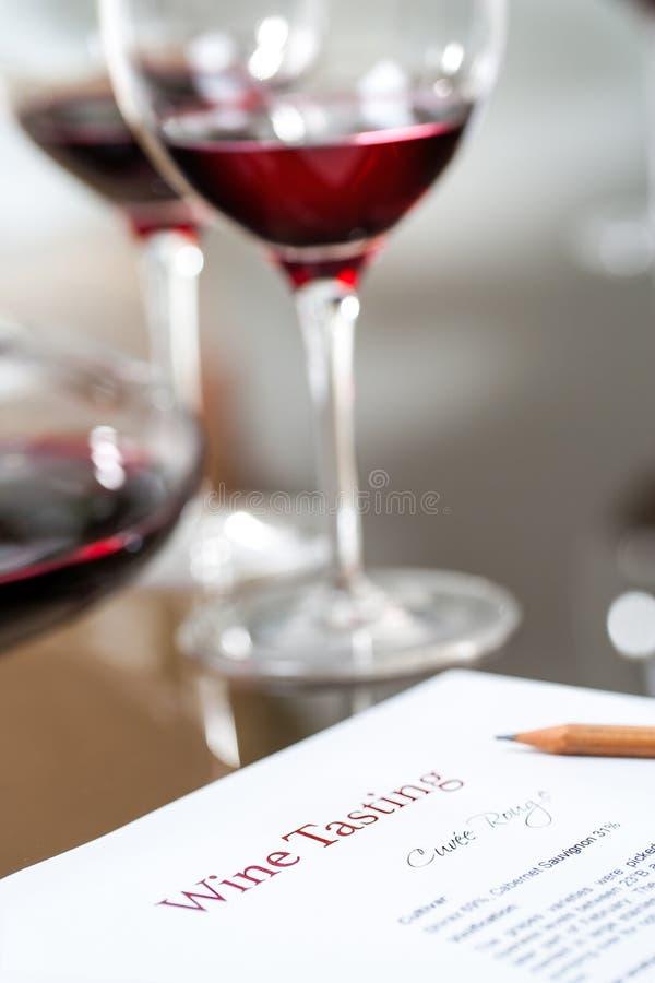 Macro próximo acima da folha de dados na degustação de vinhos imagens de stock